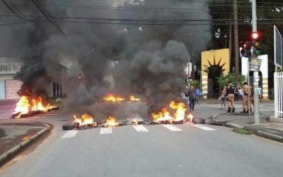 Parentes de vítima atropelada e morta protestam contra liberação de motorista pela polícia