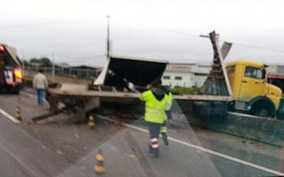 Caminhão Fica Pendurado na Mureta