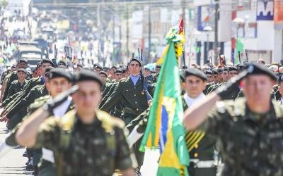 Greca participa do desfile cívico-m...