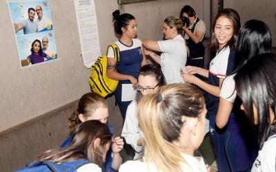 Vacinação começa com ações em praças, escolas e universidades