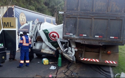 Acidente entre caminhão e ambulânci...