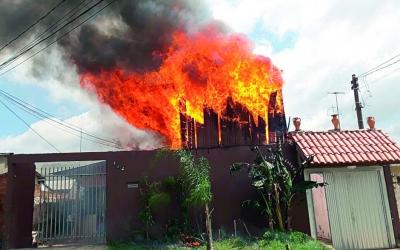 Incêndio destrói casa de madeira no...