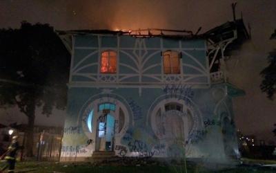 Incêndio destrói prédio histórico q...