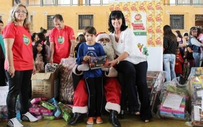 Mais de 560 crianças recebem presentes na Regional Pinheirinho