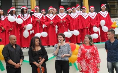 Alunos fazem cantata de Natal para funcionários da educação
