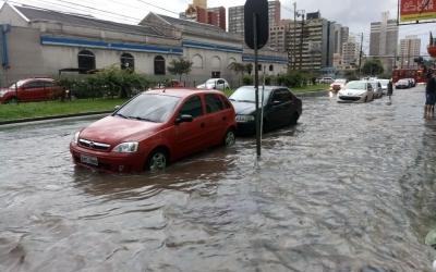 Chuva alaga ruas em Curitiba e deix...