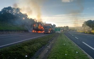 Caminhão com café pega fogo na BR-3...