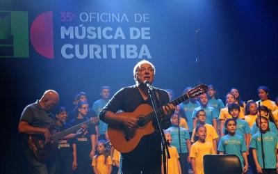 Toquinho e crianças do MusicaR emoc...