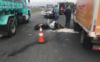 Acidente com carro, moto e caminhão...